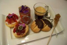 Mini tartes framboises, soupe de fraises au jus de yuzu et biscuits Pâtes de chat pour un café gourmand