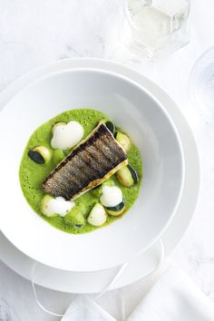Exceptional Sea bass with zucchini champagne foam Fish Recipes, Gourmet Recipes, Healthy Recipes, Food Design, Bistro Food, Thai Curry, Fancy Dinner Recipes, Seafood Appetizers, Food Presentation