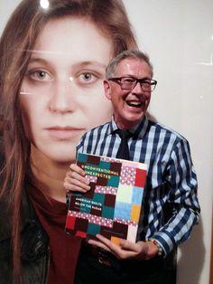 Avoir un nouveau livre est trop amusant.  Image courtoisie de Luana Rubin.