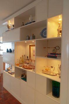 A estante além de linda, é funcional servindo de bar e os nichos fechados podem ser usados para organizar (e esconder)  bagunça.