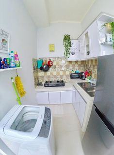 Discover inspiration for your Small kitchen remodeling in small spaces, upgrade with ideas for storage, gadget, organization, layout and decor. Small Tiny House, Modern Tiny House, Modern House Design, Small Loft, Home Decor Kitchen, Home Kitchens, Kitchen Design, Kitchen Ideas, Kitchen Modern