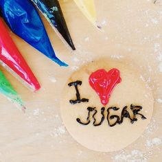 Hoy he hecho un taller de galletas con mensaje en la escuela de mi hijo. Una galleta, mangas desechables y glasa real de colores. Muy sencillo pero me ha encantado ver lo que han disfrutado, lo que han creado y los bonitos mensajes que esta tarde van a regalar a sus mejores amigos... Niños felices de hacer de la cocina un juego! Al llegar a casa me quedé con las ganas de hacer la mía que es el resumen de muchas cosas: I LOVE «JUGAR». Y va dedicada para todos los que estáis ahí, al otro lado!