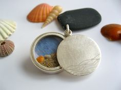 Silver locket with sandy beach and tiny seashell by mabotte, €165,00