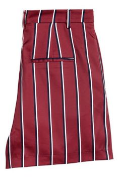 Short tissé. Taille haute avec braguette zippée et fermeture par agrafes. Poches latérales et une fausse poche dans le dos.