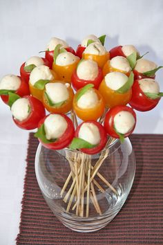 Mozzarella and basil stuffed cherry tomatoes, turned into a bouquet! Mozzarella and basil stuffed cherry tomatoes, turned into a bouquet! Party Snacks, Appetizers For Party, Appetizer Recipes, Toothpick Appetizers, Tomato Appetizers, Dessert Recipes, Cooking Recipes, Healthy Recipes, Eat Healthy