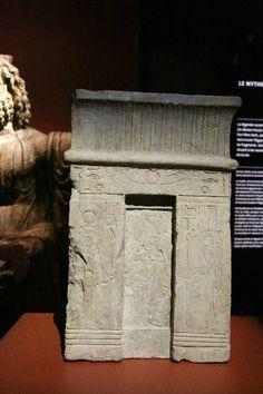 Stèle d'Osiris, Isis et Nephtys. Saïs.