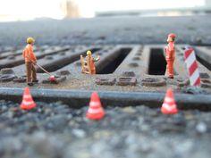 In der Stadt sind diese Modellfiguren unterwegs! Noch schnell eine Baustelle aufräumen, die Schilder, Leitern, Warnbaken und Verkehrshütchen aufräumen und dann ab in den Feierabend zum Feierabendbier :) Wie es sich für einen echten Bauarbeiter gehört! Die Miniatur-Fotos kann man ganz einfach mit den Figuren von NOCH kreativ in Szene setzen und fotografieren! www.noch-kreativ.de
