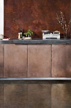 Onze Metal Stuc toegepast in de keuken! Op de wand de kleur IJzer-Roest en op de keukenkastjes de kleur Brons. Meer weten over Metal Stuc? Kijk op metalstuc.nl