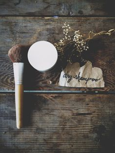DIY All Natural Dry Shampoo: cup Carob Powder 2 tbsp Dry Oats cup Arrowroot Powder cup Cornstarch 2 tbsp Chamomile Diy Beauty Makeup, Beauty Hacks, Beauty Tips, Bed Head Shampoo, Diy Shampoo, Natural Dry Shampoo, Do It Yourself Baby, Free People Blog, Purple Shampoo