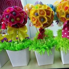 Cute for a kids party.lolly pops and cupcake liners Candy Party, Party Favors, Candy Centerpieces, Sweet Trees, Candy Crafts, Candy Bouquet, Partys, Birthday Decorations, Table Decorations