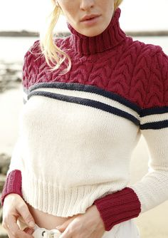 Maritim Marinelook mal anders: Glatt rechts in Wollweiß, glatt links in Marine und ein Zopfmuster in Kardinalrot. Dieser Rollkragen-Pullover bietet ein tolles Strick- und Tragevergnügen. Der Pullover wird gestrickt mit ggh-Garn...