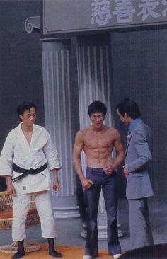 Shows télévisés HK-TVB et Exhibitions JKD - Bruce Lee et sa flûte silencieuse Brandon Lee, Bruce Lee Photos, Jackie Chan, Wing Chun, Eminem, Bruce Lee Martial Arts, Ju Jitsu, Enter The Dragon, Martial Artists