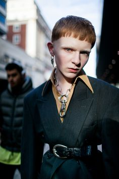Street style at London Fashion Week Men's fall Dope Fashion, Punk Fashion, Star Fashion, Fashion Photo, Fashion News, Fashion Art, Street Style 2017, Street Style Trends, Mode Punk
