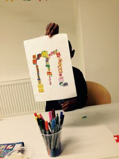 Buchstaben aus Zeitungen heraus schneiden und entsprechen legen und kleben - 1. Klasse Deutsch