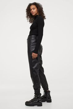 HUNT4SHOP: Jogger de piele eco H&M - 59 ron Autumn Winter Fashion, Winter Style, Fashion Company, Black Pants, Black Women, Personal Style, Leather Pants, Legs, My Style