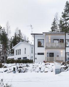 Valaistusta suunnitellessa kannattaa pitää mielessä myös ulkovalaistus – Suomen pimeydessä sitä nimittäin tarvitaan! Valaistuksella voi myös korostaa julkisivun yksityiskohtia. #designtalo Outdoor, Design, Outdoors, Outdoor Games, The Great Outdoors