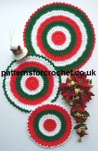 Free crochet pattern for three different sized hot mats, I have made them in Christmas colours, but if you make them in other shades they can be used all year round. http://www.patternsforcrochet.co.uk/trio-mats-usa.html #crochet #patternsforcrochet #freecrochetpatterns