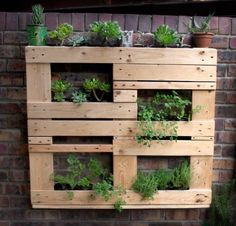 Unstructured Pallet Vertical Garden - Flowers, Plants & Planters, Garden Pallet Projects & Ideas - Beautiful unstructured vertical pallet planter made by Reclaimed Design in Cape Town. You can do the same planter by reusing one standard pallet size. Plantador Vertical, Jardim Vertical Diy, Vertical Garden Diy, Vertical Planter, Vertical Gardens, Wood Pallet Planters, Wooden Pallets, Garden Pallet, Pallet Bench
