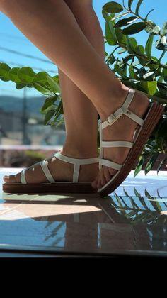 A Rasteirinha Caribe surge ainda mais encantadora na Coleção. Com design inovador é uma releitura da sandália gladiadora . palmilha confortável, tiras largas nas laterais além de um cabedal em linhas retas super moderno cheio de estilo. Combine com saias, vestidos e jeans deixando aquele look básico ainda mais lindo, aposte! Jeans, Design, Fashion, Straight Lines, Women's Sandals, Style, Caribbean, Trendy Tree, Moda