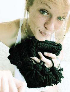 Das süße Dreieckstuch wurde in klassisch gestreiftem Muster gestrickt. An jedem Ende hat es dicke Bommeln, die durch geflochtene Wolle am Tuch befestigt sind :) Das Tuch wärmt dich an kalten Tagen und hübscht dein Outfit auf. Du kannst es als Schal zu vielen verschiedenen Oberteilen und Jacken tragen.  Das Dreieckstuch wurde aus wunderschöner schwarzer Schachenmayr-Wolle gestrickt.