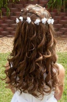#peinado de #comunión con pequeñas flores anudadas