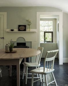 In Justine's cottage dining room, the black splatter-painted floors make sand harder to see, all part of the charm of a summer cottage. For more (and how to get the look), see DIY: New England Splatter-Painted Floors. Cottage Dining Rooms, Family Dining Rooms, Living Room, Estilo Cape Cod, Painted Wood Floors, Plywood Floors, Laminate Flooring, Cape Cod Cottage, Shabby