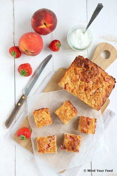 Havermout yoghurt cake met aardbeien en perzik (of banaan!), extra lekker met citroensap en -rasp!