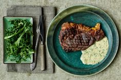 En lækker bøf med verdens bedste sauce: Bearnaisesauce. James og Adam Price lavede denne opskrift på hjemmelavet bearnaisesauce i programmet 'Spise med Price'.