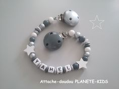 Attache-doudou en perles en bois avec prénom au choix Baby Boy Rooms, Baby Things, Mobiles, Outfit, Etsy, Crochet Baby Toys, Pacifier Holder, Fasteners, Crafting
