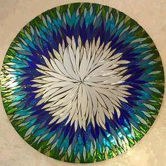 CUSTOM MADE - TOUTE COULEUR COMBINAISON À 4 SEMAINES DÉLAI 24 ROND OU CARRÉ  Rouge, orange, jaune... Violet et bleu... ou même arc en ciel !  Les possibilités sont infinies ! Il suffit d'ajouter vos préférences dans les « commentaires » lors de l'achat.  ... Il s'agit d'un miroir de mosaïque à la main, coupé à la main tous les. C'est un total de 23,5 circulaire... Il a un miroir Centre composé de main levée coupe pétales. Cette pièce serait une belle addition à n'importe quel décor... un…