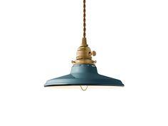 FLYMEe Factory ART WORK STUDIO CUSTOM SERIES Brass Pendant Light × Essence Steel / フライミーファクトリー アートワークスタジオ カスタムシリーズ 真鍮ペンダントライト(口金E26) × スチール(エッセンス)の商品詳細。ビンテージテイストをベースにしつつも、どこか愛らしいカラーリングとシルエットに仕上げられたスチールシリーズ。こちらは真鍮製のペンダント本体(口金E26)とお皿のような形をしたシェードを合わせたタイプです。絶妙なデ…