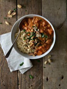 Receita de um estufado Africano de amendoim, grão-de-bico e batata-doce, com arroz integral, que é vegan e sem glúten. African peanut and sweet potato stew.