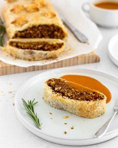 DAS BESTE FESTTAGSMENÜ Hier seht ihr meinen veganen Festtagsbraten a.k.a. veganes Filet im Teig a.k.a. DAS Menü mit dem deine Weihnachtstage ein kulinarisches Highlight werden Der Blätterteig ist gefüllt mit einer aromatischen Mischung aus Nüssen Gemüse und Linsen und bisher habe ich für dieses Rezept auf dem Blog alles 5-Sterne-Bewertungen bekommen Du findest es auf avobelle.com #whatveganseat #veganschweiz #veganerezepte #vegankochen #veganbaking #veganbacken #veganeweihnachten #braten… Pie, Desserts, Blog, Instagram, Vegane Rezepte, Lenses, Roast, Torte, Tailgate Desserts