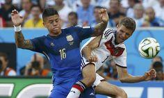 Marcos Rojo e Mueller lutam pela bola na final entre Alemanha e Argentina Foto: MICHAEL DALDER / REUTERS