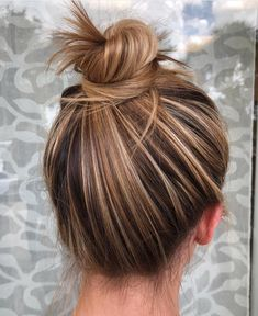 Most Amazing Top Knot Bun Hairstyles You Must Try in 2018 Most . - Most Amazing Top Knot Bun Hairstyles You Must Try in 2018 Most Amazing Top Knot Bu - Brown Hair Shades, Brown Blonde Hair, Brown Hair Colors, Blonde Bun, Ombre Hair, Balayage Hair, Honey Balayage, Easy Bun Hairstyles, Top Knot Hairstyle