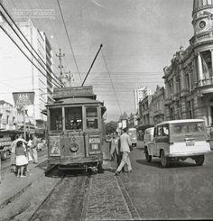O bonde, Av. Rio Branco esquina com a Rua Halfeld, em julho de 1963 (foto autoria provável: Roberto Dornellas ou Jorge Couri).