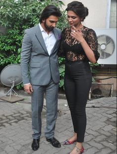 Taking Couple Dressing Lessons From Deepika Padukone & Ranveer Singh Bollywood Actress Hot Photos, Bollywood Couples, Bollywood Stars, Bollywood Fashion, Indian Bollywood, Deepika Ranveer, Deepika Padukone Style, Ranveer Singh, Shraddha Kapoor