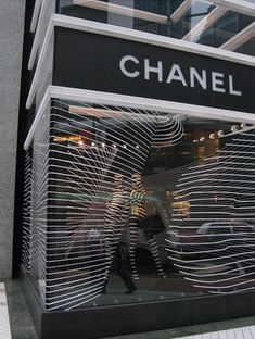 It is a THEME display showcasing the black and white effect of Chanel, the COLORS of the brand. LINE display showcases the soft, calm effect and visualizes elegance  The DIRECTION goes from left to right following the line
