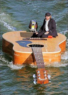 Josh Pyke chanteur australien filme une nouvelle vidéo sur un bateau spécial créé avec les mêmes spécifications que sa guitare acoustique