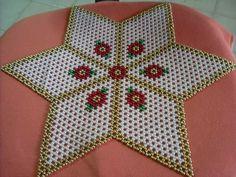 Resultado de imagen para carpetas en perlas Beaded Christmas Ornaments, Christmas Jewelry, Bead Crafts, Diy Crafts, Rangoli Designs With Dots, French Beaded Flowers, Flower Rangoli, Beaded Bags, Crochet Designs