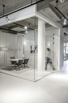 Small meeting room, great for short meeting. Using glass is great for not having people coming in, because you can see is occupied.