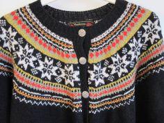heimly stølsvatn stølstjern 80. Svart bunnfarge, hvite stjerner, rosa, rød, lys grønn, turkis.... Knitting Projects, Knitting Patterns, Norwegian Knitting, Fair Isle Knitting, Knitwear, Knit Crochet, Sorting, Hooks, Sweaters