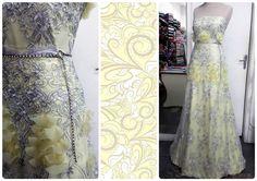 Vestido de renda prata, com forro de crepe Chanel amarelo bebê, aplicação em pétalas de organza e cinto de stress na cintura. #vestido #dress #Chanel #organza