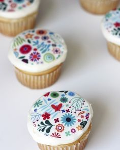 edible decals!!!! wow!!!! Web page: http://hellofrosting.com