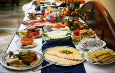 Az étteremben mind a magyar mind a mediterrán ízeket megtalálja. Napközben egy illatos espresso vagy egy pohár  bor társaságában lazíthat, délben és este a legkíválóbb ételkülönlegességeket kóstolhatja meg nálunk.