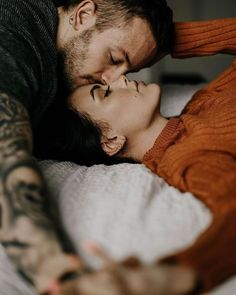7 Extremely Effective Couples Therapy Exercises You Can Try at Home . Couple Photoshoot Poses, Couple Photography Poses, Couple Portraits, Couple Posing, Couple Shoot, Night Photography, Couples In Love, Romantic Couples, Romantic Gifts
