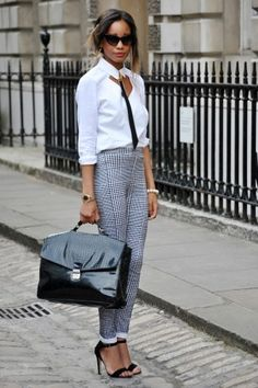 captures the best street style from London Fashion Week. What's your favorite look from LFW? London Fashion Week Street Style, Street Style Chic, London Fashion Weeks, London Street, Fashion Mode, Office Fashion, Work Fashion, Fashion Trends, Fashion Ideas