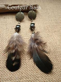 Boucles d'oreilles plumes irisées et perle de porcelaine vert kaki : Boucles d'oreille par couleur-nala