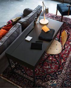 Una scrivania collocata dietro a un divano in soggiorno - IKEA