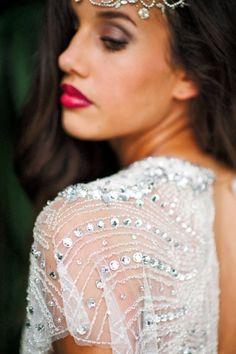 Modelo de vestido de noiva com transparência e pedraria